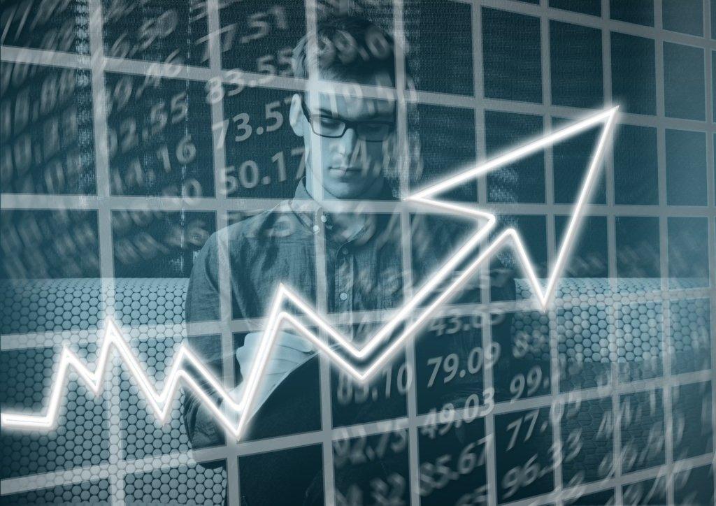 invistaja.info - Qual o impacto da alta dos juros para as ações na B3? Confira os setores que mais ganham e os que mais perdem